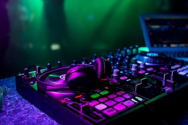 Dj mezclador de música y auriculares profesionales en la discoteca Foto Premium
