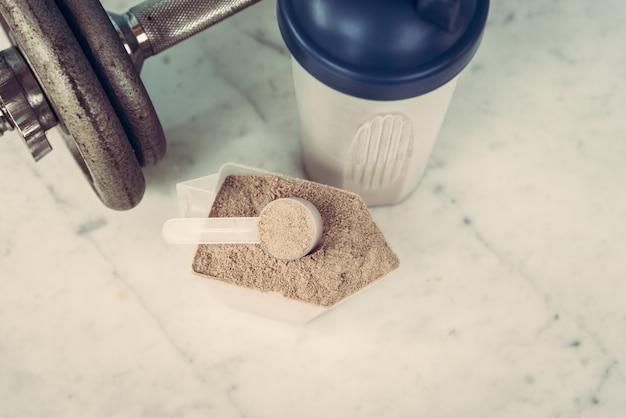 Doble chocolate proteína de suero de leche en polvo cuchara nutrición saludable comida culturismo. Foto Premium
