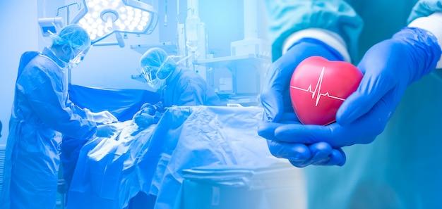 Doble exposición varios cirujanos que rodean al paciente en la mesa de operaciones durante su trabajo y un médico o cirujano sosteniendo un corazón, concepto de atención médica. Foto Premium