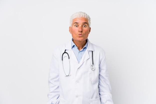 El doctor caucásico maduro se encoge de hombros y abre los ojos confundidos. Foto Premium