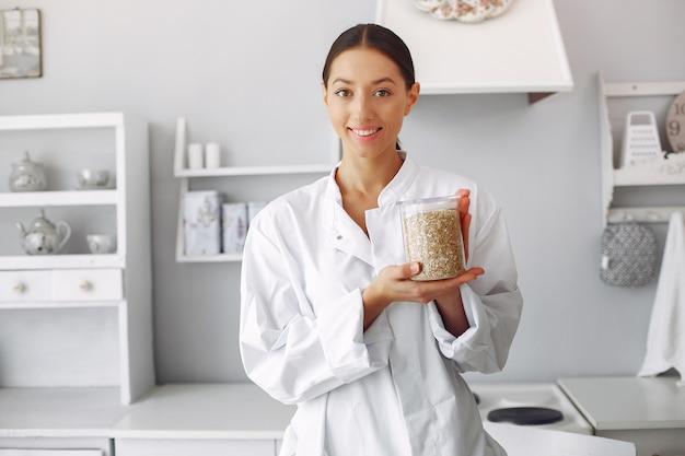 Doctor en una cocina con verduras Foto gratis