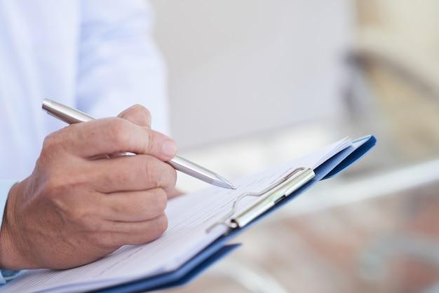 Doctor escribiendo una receta Foto gratis