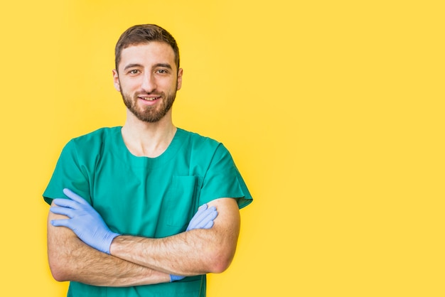 Doctor hombre en uniforme con brazos cruzados. Foto gratis