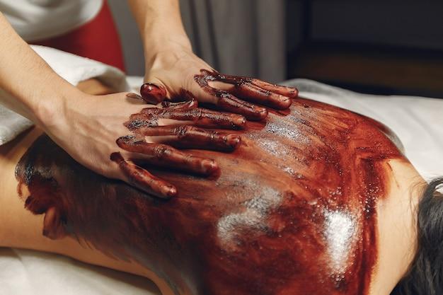 El doctor masajea a la mujer con un chocolate. Foto gratis