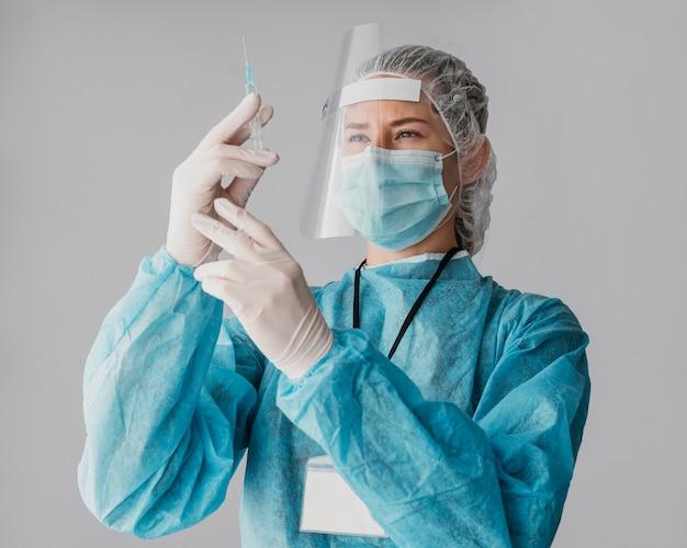 Doctor preparando una vacuna Foto gratis