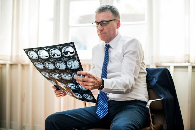 Doctor revisando un resultado de rayos x Foto Premium