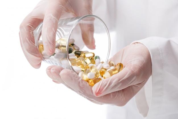 Doctor sosteniendo un vaso de pastillas Foto gratis
