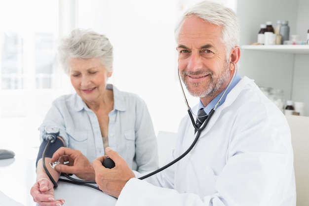 Resultado de imagen para doctor tomando presion arterial