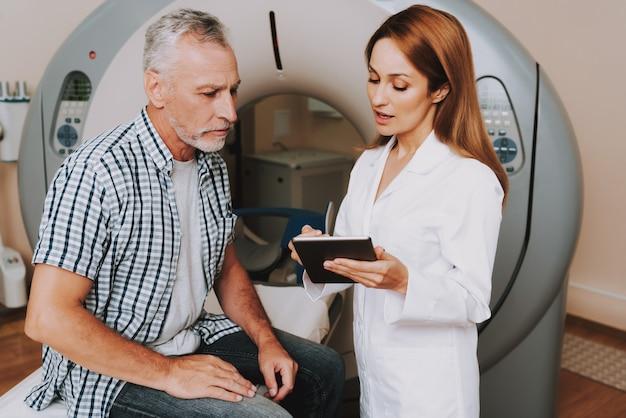 Doctora en bata de laboratorio prescribe diagnóstico de ct Foto Premium