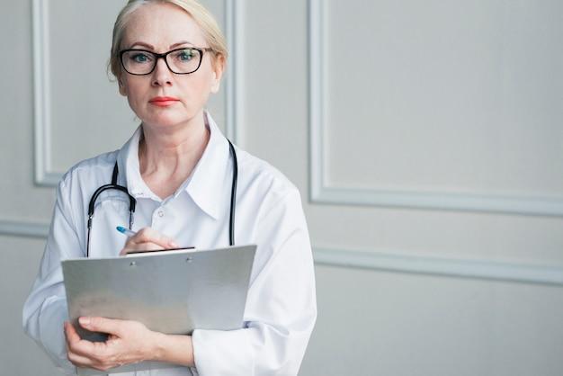 Doctora con un informe médico Foto gratis