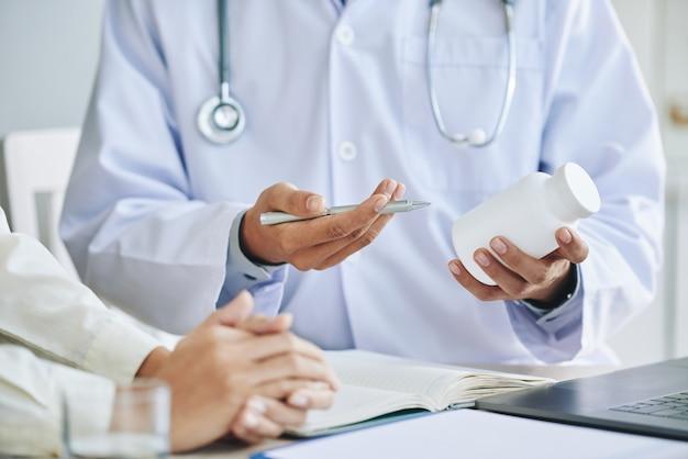 Doctora irreconocible que recomienda medicamentos al paciente Foto gratis