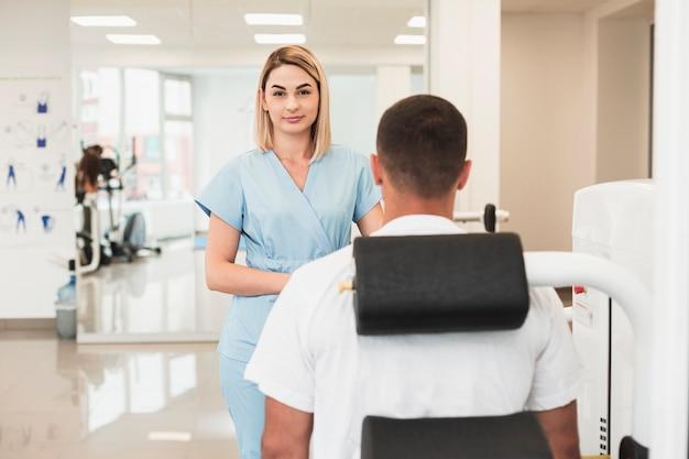 Doctora rubia comprobando la condición del paciente Foto gratis