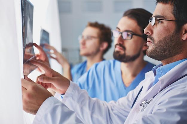 Doctores comprobando a una radiografía Foto gratis