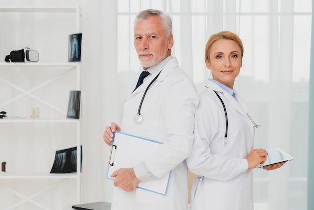 Doctores de pie espalda con espalda Foto gratis