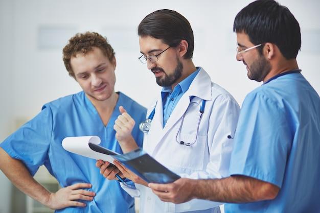 doctores revisando un historial médico | descargar fotos gratis