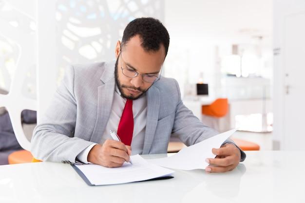Documento de verificación del auditor enfocado Foto gratis