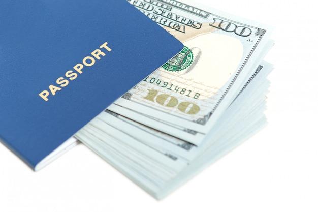 Dólares en pasaporte aislado en blanco. pasaporte extranjero con billete. viaje gratis a europa sin visa. concepto de turismo. espacio libre para texto Foto gratis