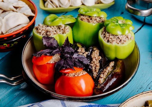 Dolma azerbaiyano hecho con tomate, pimiento verde y berenjena con relleno de carne. Foto gratis