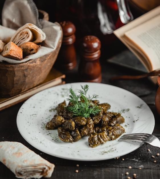 Dolma azerí de hojas de parra Foto gratis