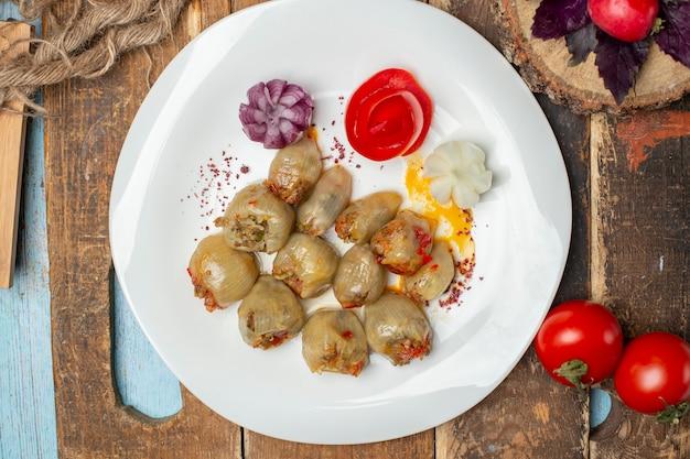 Dolma de cebolla caucásica con hierbas y especias. vista superior. Foto gratis