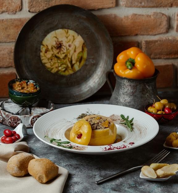 Dolma, pimiento amarillo relleno de carne y verduras. Foto gratis