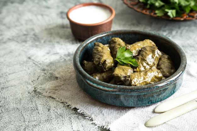 Dolma tradicional (sarma) en hojas de parra con copyspace. líbano turco cocina del medio oriente griego. Foto Premium