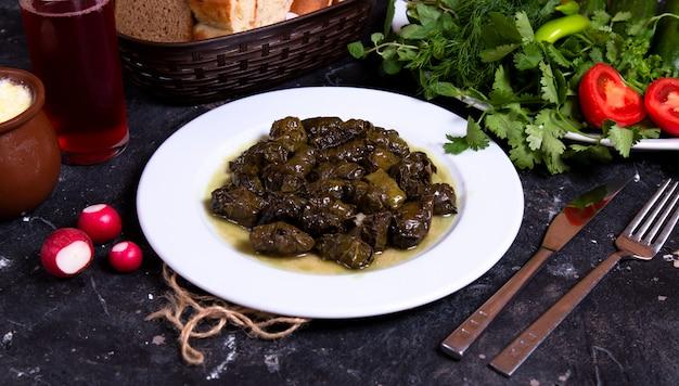Dolma verde azerbaiyano con hierbas y verduras Foto gratis