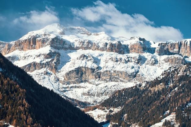 Dolomitas montañas cubiertas de nieve Foto Premium