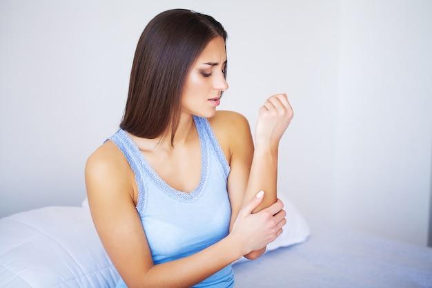 Dolor de brazos. hermosa mujer cuerpo siente dolor en los hombros Foto Premium