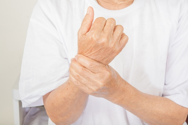 Dolor de muñeca en mujeres mayores. Foto Premium