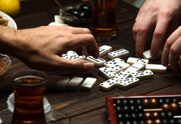 Domino de fiesta con una taza de té caliente Foto gratis