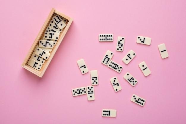 Dominó de juego de mesa en rosa Foto Premium