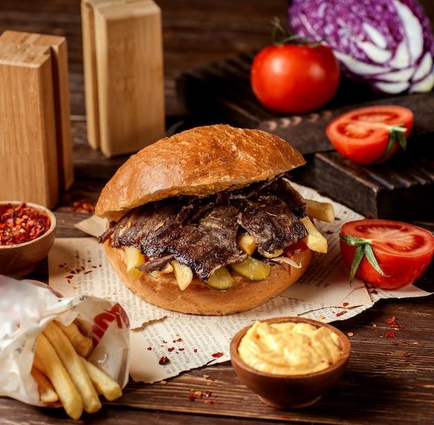 Doner con carne, papas y encurtidos Foto gratis
