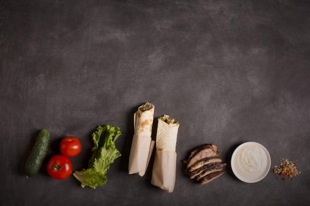 Doner kebab - carne de res frita con verduras. copiar espacio para texto Foto Premium