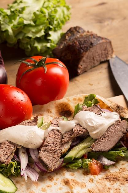 Doner kebab - carne de res frita con verduras Foto Premium