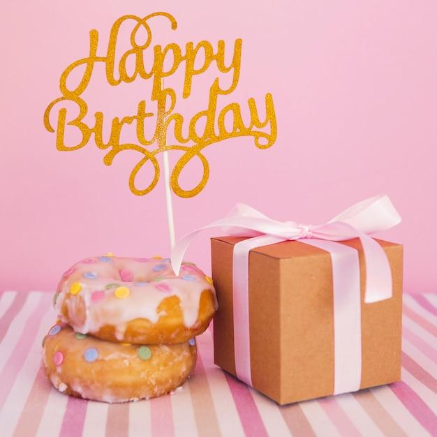 Donut con topper y regalo Foto gratis
