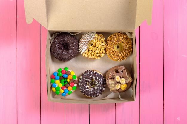 Donuts de colores en caja Foto Premium