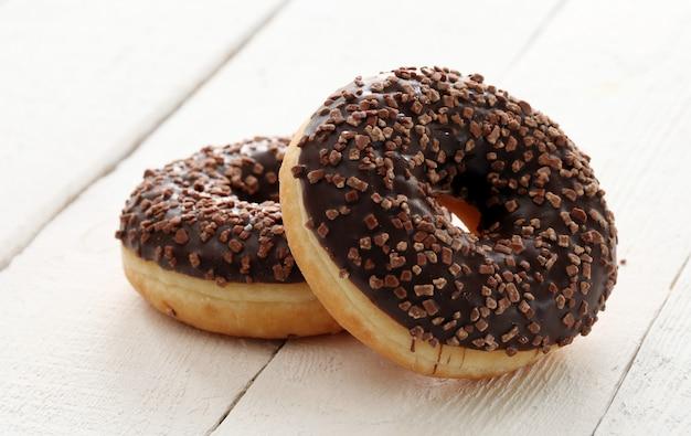 Donuts frescos y sabrosos con glaseado de chocolate Foto gratis