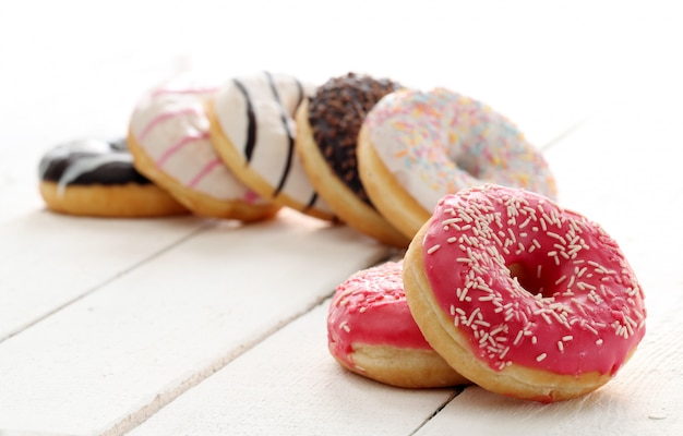 Donuts frescos y sabrosos con glaseado Foto gratis