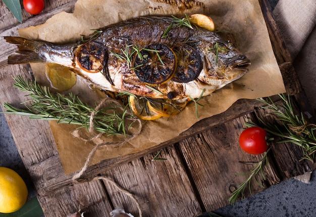 Dorado al horno de pescado. pescado dorado al horno e ingrediente para cocinar. dorada dorada con sal, hierbas y pimienta Foto Premium