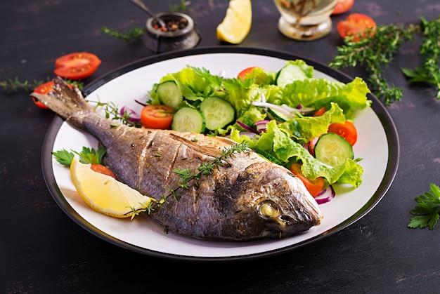 Dieta del pescado ensalada y agua