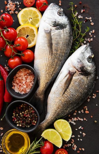 Dorado de pescado fresco Foto Premium