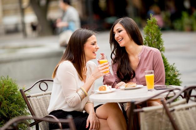 Resultado de imagen de dos amigas café