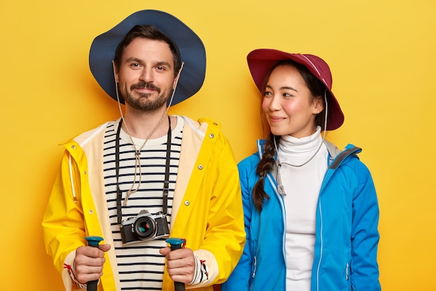 Dos amigos viajan, disfrutan de pasar el tiempo libre juntos, son turistas experimentados. Foto gratis