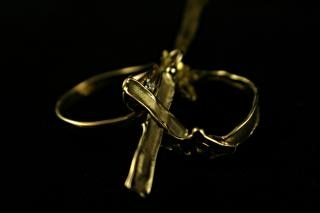 dos anillos y una cruz Foto Gratis