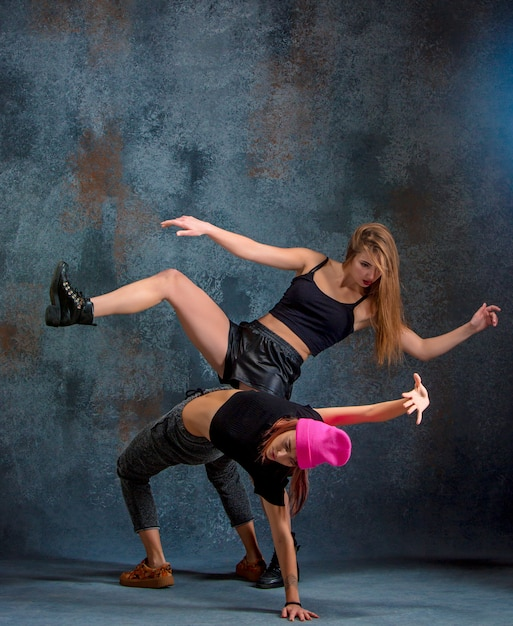 Las dos atractivas mujeres bailando twerk en el estudio Foto gratis