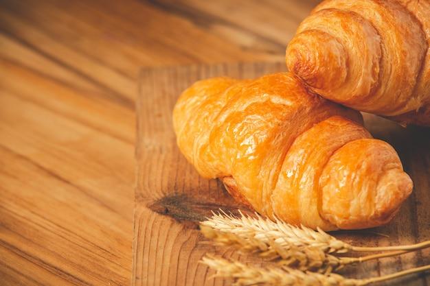 Dos barras de pan y cebada colocados en el viejo piso de madera. Foto gratis