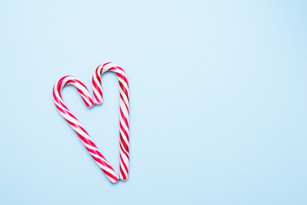 Dos bastones de caramelo en forma de corazón Foto Premium
