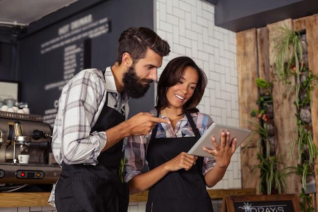 Dos camareros usando una tableta Foto Premium