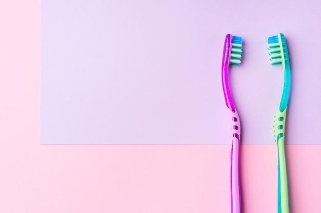 Dos cepillos de dientes para una pareja en rosa. | Foto Premium